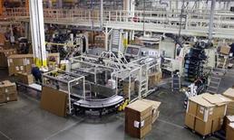 Foto de archivo de un grupo de trabajadores en la fábrica de plásticos Berry Plastic en Evansville, EEUU, nov 23 2009. La economía de Estados Unidos crecerá modestamente este año, agobiada por las batallas sobre la política fiscal en la primera mitad del año, pero respaldada por un mercado inmobiliario en mejoría, mostró un sondeo de Reuters divulgado el miércoles. REUTERS/Brian Snyder