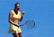 La bielorrusa Victoria Azarenka celebra tras vencer a la rusa Svetlana Kuztnesova en su encuentro por el Abierto de Australia en Melbourne, ene 23 2013. La campeona defensora Victoria Azarenka superó el miércoles a una tenaz Svetlana Kuznetsova por 7-5 y 6-1 para avanzar a las semifinales del Abierto de tenis de Australia, en una jornada en la que fue sorprendentemente eliminada Serena Williams. REUTERS/Daniel Munoz