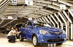 Imagen de archivo de unos trabajadores en la línea de ensamblaje de Toyota en Soracaba, Brasil, ago 9 2012. La economía mundial debería tener un desempeño levemente mejor este año debido a que un crecimiento en recuperación en Asia contrarrestará gradualmente los problemas políticos y económicos de Occidente, según los sondeos de Reuters. REUTERS/Paulo Whitaker