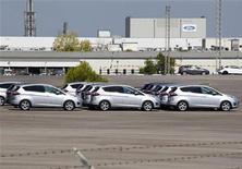 El Programa de Incentivos al Vehículo Eficiente (PIVE) ha supuesto un espaldarazo para el sector del automóvil y conjunto de la economía española, dijo el miércoles la Asociación Española de fabricantes de Automóviles y Camiones(Anfac). En la imagen de archivo, unos coches sin vender en un aparcamiento casi vacío de Ford en Almussafes, cerca de Valencia, el 5 de septiembre de 2012. REUTERS/Heino Kalis