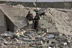 Integrantes del Ejército de Siria Libre toman un descanso entre los restos de una casa en Idlib, Siria, ene 22 2013. Rebeldes sirios quemaron y saquearon sitios religiosos de las minorías, dijo el miércoles Human Rights Watch, mientras la más prolongada y sangrienta de las revueltas de la Primavera Árabe se vuelve cada vez más sectaria. REUTERS/Gaith Taha