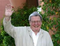 El cineasta británico Alan Parker recibirá el más alto galardón de la industria cinematográfica del Reino Unido el mes que viene en honor a su carrera como guionista, director y productor que se ha prolongado durante más de 40 años. En la imagen de archivo, Parker sonríe y saluda durante la apertura del Festival Internacional de Cine de Marrkech, en 2004.