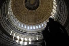 """La Cámara de Representantes de Estados Unidos comenzó a considerar el miércoles una medida republicana para ampliar el límite de endeudamiento del país durante casi cuatro meses, pero muchos demócratas prometieron que se opondrán a la iniciativa, que dijeron que podría establecer un nuevo """"abismo fiscal"""". En la imagen, la estatua dle primer presidente de EEUU, George Washington, bajo la cúpula del Capitolio en Washington, el 2 de enero de 2013. REUTERS/Gary Cameron"""