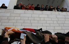 Mulheres e crianças palestinas assistem ao funeral de Lubna Hanesh na cidade de Belém, na Cisjordânia. 23/01/2013 REUTERS/Ammar Awad
