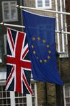Imagen de archivo de la bandera del Reino Unido junto a la de la Unión Europea en Londres, ene 23 2013. Los socios europeos de Gran Bretaña dijeron el miércoles que la promesa del primer ministro David Cameron de reformar radicalmente su relación con la Unión Europea y realizar un referendo sobre el futuro de Londres en el bloque da muestra de una actitud egoísta e ignorante. REUTERS/Stefan Wermuth