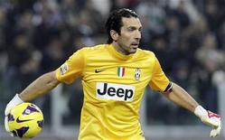 Le gardien de but de la Juventus de Turin, Gianluigi Buffon, a signé mercredi une prolongation de contrat de deux ans avec les champions d'Italie jusqu'en 2015. /Photo prise le 17 novembre 2012/REUTERS/Alessandro Garofalo