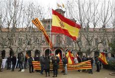 Unas personas con las banderas de Cataluña y de España durante una protesta en contra de un referendo en las afueras del Parlamento catalán en Barcelona, ene 23 2013. El Parlamento de Cataluña aprobó el miércoles una declaración de soberanía que señala el comienzo de un viaje incierto hacia un referéndum sobre la independencia de la región en el noreste de España. REUTERS/Albert Gea