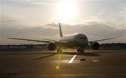 Reguladores japoneses coincidieron el miércoles casi totalmente con sus colegas estadounidenses en descartar prácticamente las baterías sobrecargadas como la causa de los recientes incidentes ocurridos en los aviones Dreamliner 787 de Boeing, que están fuera de servicio a nivel mundial desde hace una semana. Imaen de un 787 Dreamliner de United Airlines tras aterrizar el 17 de enero en el aeropuerto internacional Narita, al este of Tokio. REUTERS/Toru Hanai