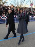 Unos 20,6 millones de estadounidenses vieron por televisión la ceremonia de investidura del presidente Barack Obama y los actos relacionados, según datos publicados el miércoles, un descenso importante con respecto a su investidura de 2009. En la imagen, Barack y Michelle Obama, caminan durante el desfile de la ceremonia de inauguración. REUTERS/Doug Mills/Pool