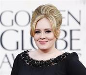 """Imagen de archivo de la cantante Adele a su llegada a la entrega a los premios Globos de Oro en Beverly Hills, ene 13 2013. La cantante británica Adele volverá a los escenarios el mes que viene tras un año de ausencia para interpretar su canción candidata al Oscar """"Skyfall"""" en la ceremonia de entrega de los premios de la Academia estadounidense, dijeron el miércoles los productores de la gala. REUTERS/Mario Anzuoni"""