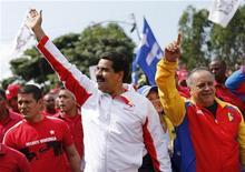 El Gobierno venezolano denunció el miércoles un plan para asesinar al vicepresidente Nicolás Maduro y al jefe de la Asamblea Diosdado Cabello, dos de los hombres fuertes del presidente Hugo Chávez, que lleva más de un mes en Cuba tras una operación contra un cáncer. Imagen de Maduro (centro) y Cabello saludando a sus simpatizantes en un acto con motivo del 55 aniversario de la caída de la última dictadura militar celebrado el 23 de enero en Caracas. REUTERS/Jorge Silva