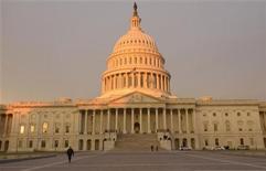 Imagen de archivo del Capitolio estadounidense en Washington, ene 21 2013. La Cámara de Representantes de Estados Unidos aprobó el miércoles una extensión de la capacidad de endeudamiento federal hasta el 19 de mayo, colocando el proyecto de ley impulsado por los republicanos en la vía rápida para recibir luz verde en el Senado, liderado por los demócratas. REUTERS/Mike Theiler