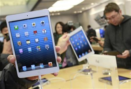 People try out iPad minis at Apple Store Ginza in Tokyo November 2, 2012. REUTERS/Yuriko Nakao
