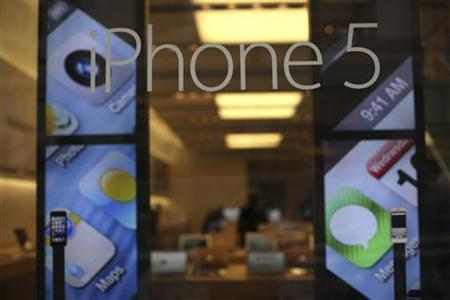 A display for the iPhone 5 is pictured at Apple's flagship retail store in San Francisco, California January 23, 2013. REUTERS/Robert Galbraith