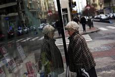 Женщина рассматривает товары на витрине магазина в Мадриде 11 января 2013 года. Неожиданно упорная рецессия в зоне евро и слабость Японии будут сдерживать расширение мировой экономики в этом году перед тем, как она начнет восстанавливаться в следующем: 2014 год обещает продемонстрировать наиболее быстрый рост ВВП с 2010 года, ожидает Международный валютный фонд. REUTERS/Susana Vera
