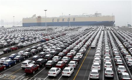 Cars made by South Korea's biggest automakers Hyundai Motor Co and affiliate Kia Motors Corp, are seen at a shipping yard of the automakers at a port in Pyeongtaek, about 70 km (43 miles) south of Seoul January 22, 2013. REUTERS/Lee Jae-Won