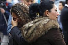La francesa Florence Cassez, condenada en México a 60 años de cárcel por secuestro, salió libre el miércoles después de que la Suprema Corte de Justicia del país ordenó su liberación por considerar que se violaron sus derechos humanos durante su detención y proceso judicial. En la imagen, un familiar de una víctima de los Zodiacs llora al conocer la salida de prisión de Cassez en Ciudad de México, el 23 de enero de 2013. REUTERS/Edgard Garrido