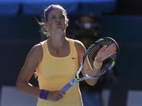 La Biélorusse Victoria Azarenka, tenant du titre à Melbourne, a mis fin au parcours étonnant de la jeune Américaine Sloane Stephens et obtenu son billet pour la finale de l'Open d'Australie de tennis en l'emportant 6-1 6-4. /Photo prise le 24 janvier 2013/REUTERS/Damir Sagolj