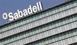 Banco Sabadell dijo el jueves que cerró 2012 con una caída del 64,7 por ciento en el beneficio atribuido hasta 81,9 millones de euros tras realizar dotaciones y saneamientos por 2.540,6 millones euros. En la imagen, un logo de Banco Sabadell en su sede de Sant Cugat, cerca de Barcelona, el 15 de noviembre de 2012. REUTERS/Albert Gea