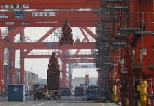Dans le port de Tokyo. Les exportations japonaises ont diminué de 5,8% en décembre en glissement annuel, amenant le pays à enregistrer un déficit commercial record en 2012. /Photo prise le 24 janvier 2013/REUTERS/Issei Kato
