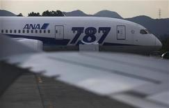 Los reguladores japoneses se sumaron a sus homólogos de Estados Unidos en las investigaciones de los recientes incendios a bordo del 787 Dreamliner de Boeing, cuyos vuelos han estado suspendidos durante una semana y no se ve un pronto final a la medida. En la imagen, un avión 787 de all Nippon Airways visto desde otro avión en el aeropuerto Takamatsu, Japón, el 19 de enero de 2013. REUTERS/Issei Kato