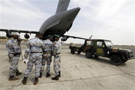 Malian gendarmes stand by a Canadian Air Force C-17 carrying French army equipment at the airport in Bamako January 22, 2013. REUTERS/Eric Gaillard