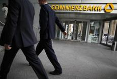 Commerzbank compte supprimer de 4.000 à 6.000 emplois au niveau du groupe jusqu'en 2016 dans le but de réduire ses coûts et de redresser son activité de banque de dépôt. /Photo prise le 8 novembre 2012/REUTERS/Lisi Niesner