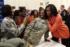 La First Lady Michelle Obama posa con la sergente Tamla Bumbury durante un'iniziativa dei Marines - per raccogliere giocattoli per bambini - a Washington, lo scorso 11 dicembre. REUTERS/Kevin Lamarque