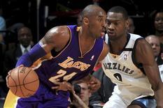 La desastrosa temporada de los Lakers sufrió un nuevo revés el miércoles cuando se agravó la lesión en el hombro del pívot Dwight Howard en la paliza que su equipo sufrió frente a los Grizzlies de Marc Gasol por 106-93. En la imagen, de 23 de enero, Kobe Bryant de los Lakers en una jugada con Tony Allen de los Grizzlies. REUTERS/Nikki Boertman