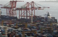 Japón registró un déficit comercial récord en el 2012 después de que de las exportaciones extendieron su declive en diciembre, lo que indica que los esfuerzos del primer ministro Shinzo Abe para debilitar el yen han tardado en ganar impulso. En la imagen, unos contenedores en el puerto de Tokio, el 24 de enero de 2013. REUTERS/Yuya Shino