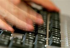 Le marche français des ventes en ligne a totalisé 45 milliards d'euros l'an dernier, signant une progression de 19% sur un an, selon les chiffres de la Fédération du e-commerce et de la vente à distance (Fevad). Le commerce en ligne, tout en faisant une nouvelle fois la preuve de son dynamisme, a subi les effets de la crise en 2012. /Phoot d'archives/REUTERS