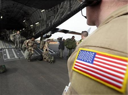 A U.S. soldier looks on as French soldiers exit a U.S. Air Force C-17 transport plane in Bamako January 22, 2013. REUTERS/Eric Gaillard