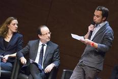 Il presidente francese François Hollande seduto tra due giovani a Grenoble, ieri. REUTERS/Robert Pratta