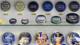 Beiersdorf, le fabricant de la crème Nivea, affiche une hausse de ses ventes de 4,7% en 2012. Le chiffre d'affaires 2012 du groupe allemand a atteint 6,04 milliards d'euros. /Photo d'archives/REUTERS/Fabian Bimmer