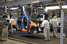 PSA Peugeot Citroën a annoncé jeudi que les trois projets communs de véhicules avec General Motors seront tous basés sur une architecture du constructeur français, tandis que les deux groupes se partageront le développement. /Photo d'archives/REUTERS/Benoît Tessier