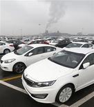 La automotriz surcoreana Hyundai Motor, que ocupa el quinto lugar en ventas mundiales junto con su filial Kia Motors, anunció una caída por sorpresa de sus beneficios trimestrales después de que la fortaleza del won hizo mella en sus ganancias en el extranjero, lo que hizo caer sus acciones a un mínimo en tres semanas. En la imagen, vehículos Hyundai y su filiarl Kia antes de ser embarcados en el puerto de Pyeongtaek, a unos 70 km del Seúl, el 22 de enero de 2013. REUTERS/Lee Jae-Won
