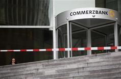 Commerzbank, el segundo mayor prestamista de Alemania, planea recortar hasta el 12 por ciento de su personal hacia 2016 en una iniciativa para reducir costes y reformar su golpeado negocio minorista. En la imagen, una mujer junto a la sede de Commerzbank en Fráncfort, el 18 de enero de 2013. REUTERS/Lisi Niesner