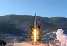 """Imagem de vídeo da agência KCNA mostra o lançamento do foguete Unha-3 em plataforma na província de Pyongan do Norte, na Coreia do Norte, em dezembro de 2012. A Coreia do Norte disse que irá realizar novos lançamentos de foguetes e testes de armas nucleares tendo os Estados Unidos como alvo, numa dramática elevação do tom das suas ameaças contra o seu """"inimigo declarado"""". 13/12/2012 REUTERS/KCNA"""