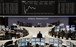 Les Bourses européennes ont limité leurs pertes jeudi à mi-séance, l'indice CAC 40 étant stable (-0,01%) vers 12h05 GMT, le Dax reculant de 0,17% à Francfort (photo), alors que le FTSE progressait de 0,24% à Londres. /Photo prise le 24 janvier 2013/REUTERS/Remote/Marte Kiesling