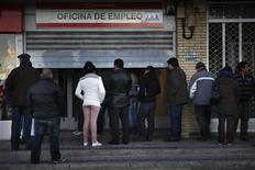 Pesssoas esperam em fila em busca de empregos em Madri. Desemprego na Espanha subiu e atingiu a marca de 26 por cento da população do país. 03/01/2013. REUTERS/Susana Vera