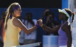 Victoria Azarenka, de Belarus (E), cumprimenta Sloane Stephens, dos EUA, depois de vencer partida na semifinal do Aberto da Austrália, em Melbourne. 24/01/2013 REUTERS/Damir Sagolj