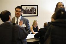 Imagen de archivo de unas personas en una feria laboral en Nueva York, ene 10 2013. El número de estadounidenses que realizaron nuevas solicitudes de subsidios por desempleo cayó inesperadamente a su menor nivel desde los primeros días de la recesión del 2007-2009, una señal esperanzadora para el vacilante mercado laboral. REUTERS/Lucas Jackson