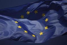Los bancos españoles rescatados con fondos europeos no tienen ninguna prisa por devolver los préstamos de emergencia a tres años al Banco Central Europeo, al contrario que algunas entidades más sólidas. Imagen del 23 de enero de la bandera de la Unión Europea ondeando en un centro comercial de Marbella, en Málaga. REUTERS/Jon Nazca