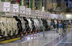 Operai a lavoro nell'impianto Fiat di Melfi. REUTERS/Ciro De Luca
