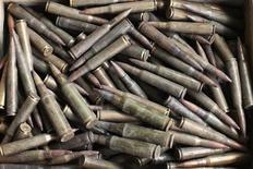 La alianza de grupos integristas islámicos que ocupa el norte de Mali sufrió una fractura el jueves, mientras las tropas africanas y francesas preparan una gran ofensiva terrestre que pretende expulsar a Al Qaeda y sus aliados de sus refugios en el Sáhara. Imagen de unos proyectiles supuestamente pertenecientes a rebeldes islamistas almacenados en el patio de una casa en el pueblo de Diabaly el 23 de enero después de que fuera recapturado por tropas francesas y malienses. REUTERS/Joe Penney