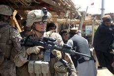 El Pentágono anunció formalmente el jueves su decisión de levantar una veda a la participación de las mujeres en la primera línea de combate, una medida considerada por sus partidarios como un paso histórico hacia la igualdad de género en el Ejército después de 11 años seguidos de guerras. Imagen de archivo de una militar estadounidense en la localidad afgana de Marjah en agosto de 2010. REUTERS/Lance Cpl. Marionne T. Mangrum/U.S. Marine Corps/Handout