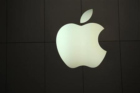 The Apple logo is pictured at the company's flagship retail store in San Francisco, California January 23, 2013. REUTERS/Robert Galbraith (UNITED STATES - Tags: BUSINESS LOGO)