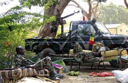 Malian soldiers relax in the recently liberated town of Diabaly January 24, 2013. REUTERS/Eric Gaillard