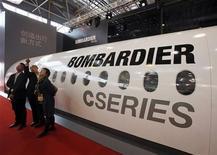 Visitantes observam instalação de cabine da fabricante de aviões Bombardier durante exposição em Xangai, em novembro. A ação da empresa caía nesta quinta-feira após o anúncio de que a fabricante rival de aeronaves Embraer anunciou uma grande encomenda de jatos regionais nos Estados Unidos, tradicionalmente forte para a Bombardier. 13/11/2012 REUTERS/Bobby Yip