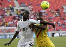 Le Ghanéen Albert Adomah (10) à la lutte avec le Malien Adama Tamboura. Le Ghana a pris la tête du groupe B de la Coupe d'Afrique des Nations en battant le Mali 1-0, jeudi, à Port Elizabeth. /Photo prise le 24 janvier 2013/REUTERS/Siphiwe Sibeko